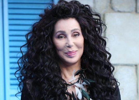 Cher verklaart president Trump tot 'LIGGENDE MOORDENAAR'